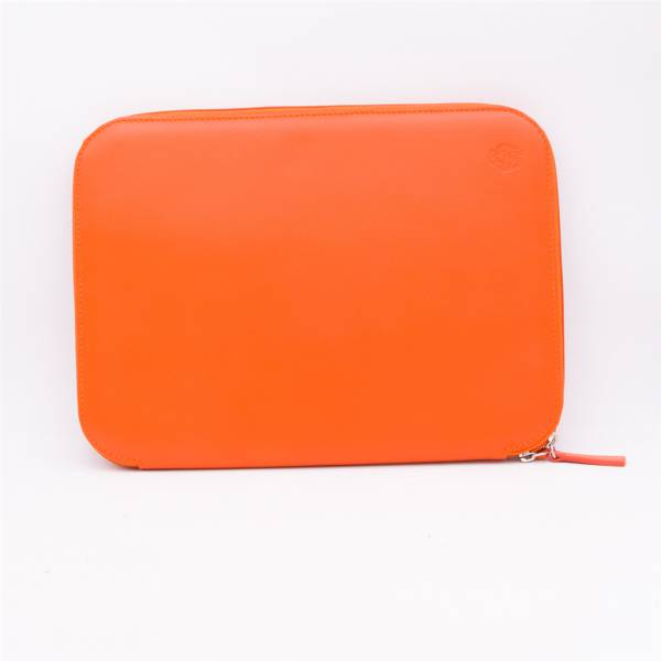 Porte document en cuir orange marron .